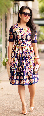 Can I wear gold accessories with a print dress?