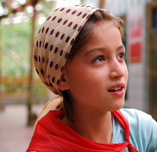 What style of headscarf / headband is pictured?