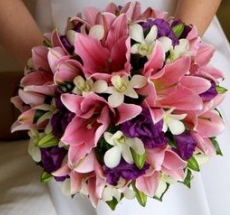 Can I combine fuchsia color accents with a wedding dress that has pale pink roses on it?